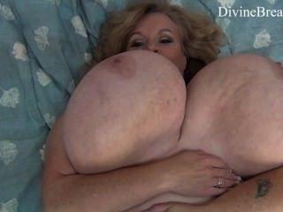 vollbusige blonde bbw MILF wackelt ihre riesigen großen Titten Suzie Monster Titten hat