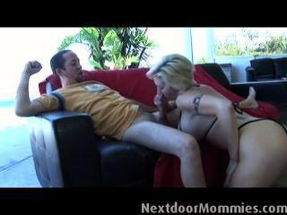 blonde Frau mit riesigen Titten saugt Schwanz
