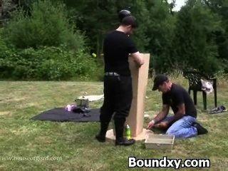 rücksichtslose Bestrafung für eine Frau in Latex