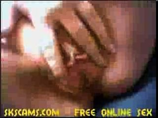 niedliche Mädchen ihre Muschi fingern