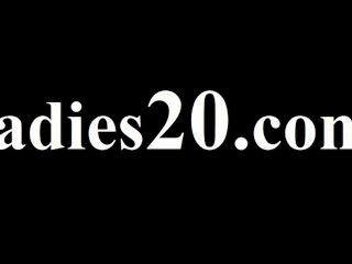 zwei Mädchen in Latex Koitus mit Riemen auf