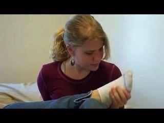 Mädchen schnüffelt Socken & Füße