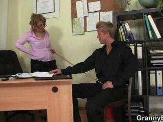 Bürodame fickt ihre Mitarbeiter