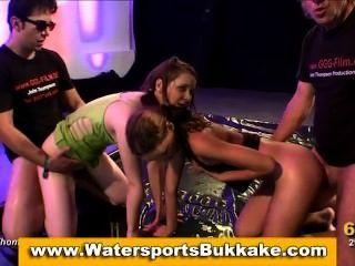 Wassersport goldene Dusche Mädchen