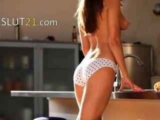jugendlich wow Frau teasing in einer Küche