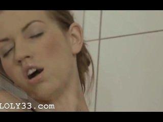 Orgasmus in der schönen Dusche erreicht