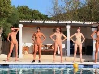 sechs nackte Mädchen am Pool aus Europa