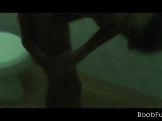 Amateur Cutie unter Dusche gibt Blowjob auf Knien