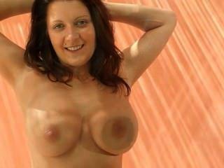 Brünette mit extrem großen Brüsten