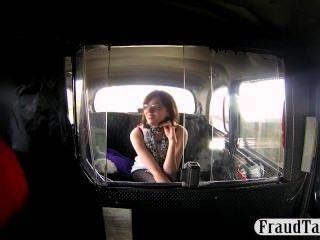 Naughty Amateur bietet dem Taxifahrer einen Blowjob