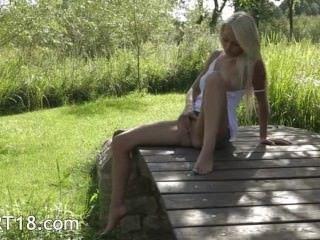 blonde Modell aus Schweden rührend Kitzler