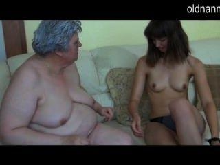 alte vollbusige Oma mit Skinny Mädchen spielen