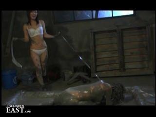 Domina legt ihre japanische weibliche Sexsklavin in ein Schlammbad und quält ihr