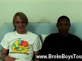 Homosexuell Video setzten sie sich wieder auf dem Futon, Jamal beugte sich über und unter