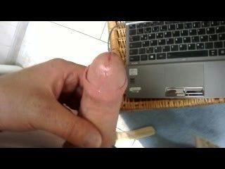 masturbiert im bad vorm lesben Film