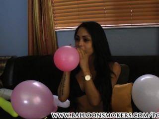 latina bläst Ballon Fetisch zu Pop