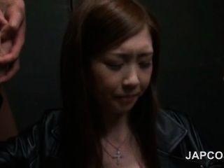 atemberaubende japanische Schönheit oral gefällig zwei geile Schwänze