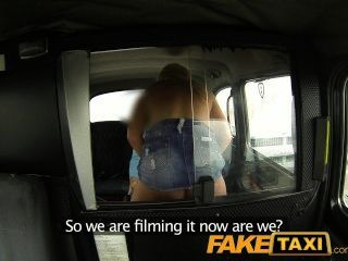 faketaxi Hahn hungrig junge Blondine im Taxi anal