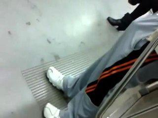 Kerl mit riesigen Boner auf U-Bahn-Zug