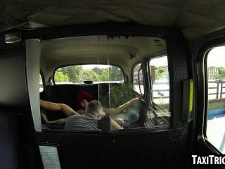foxy Rotschopf alt Mädchen, das in einem Taxi gefickt