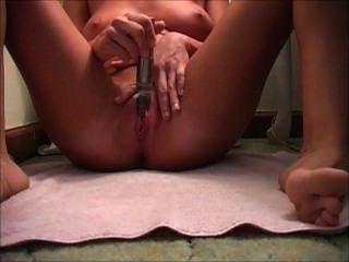 Solo Orgasmus, während sie mit einem Vibrator masturbatin