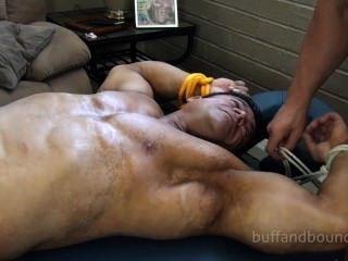 bullige Bodybuilder gebunden und gekitzelt - zeus diamonte