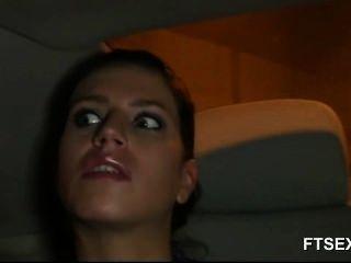 Brunette Babe betrügt ihren Mann in einem Taxi