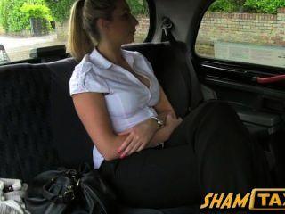 Mädchen riss der durch Taxifahrer und hat mit ihrer Möse zu bezahlen!