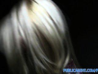 publicagent sexy Blondine mit festen Arsch schluckt cum