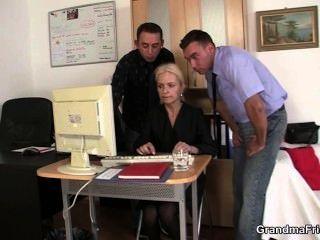 zwei Jungs teilen alte Blondine im Büro