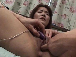Spielzeug in ihrem kleinen asiatischen anal Vagina