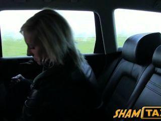 tschechisch blonde Mädchen während der Fahrt mit dem Taxi betrogen und muss mit Sex bezahlen