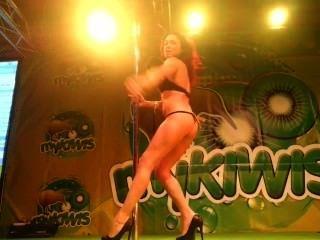 sara kann auf mykiwis Sex-Show stehen in feda 2013 von viciosillos.com