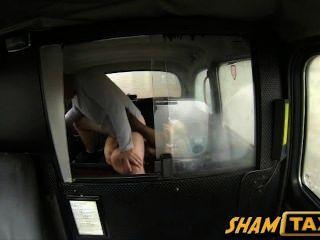 blonde Milf ruft ihre haarige Muschi in cum während Taxifahrt bedeckt