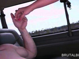 Amateur Hottie ihre Fotze mit großen Schwanz in der Sex-Bus Füllung