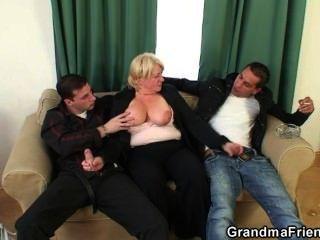 Dreier-Orgie mit betrunken Oma