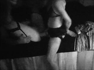 Cross-Dressing Mann wird von Frau mit riesigen Strapon gefickt