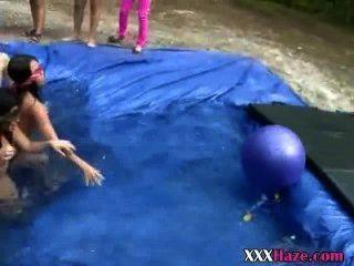 College-Mädchen nackt in temporären Pool hazing