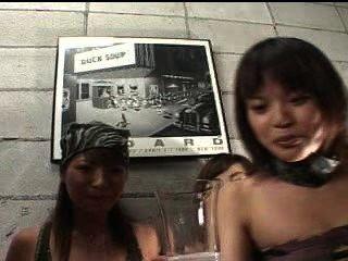 asians spucken für Slave in einer Tasse