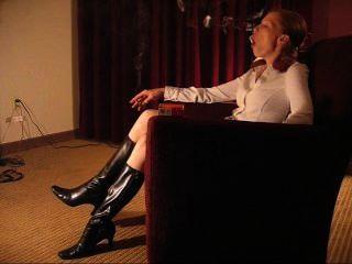 monica Rotschopf Rauchen in Stiefel sexy