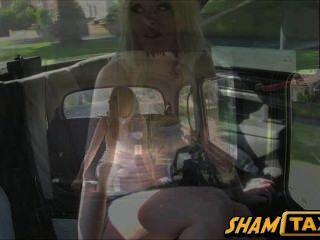 Taxifahrer assfucks auf dem Rücksitz seines Autos seiner Ex-Freundin