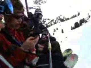 pissen auf einem Skilift (französisch)