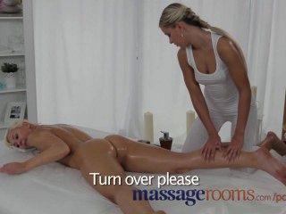 Massageräume geile, junge Lesben genießen ölige Finger ficken vor dem Orgasmus