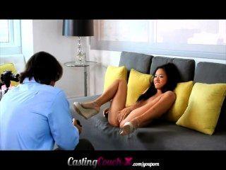 schöne petite asiatischen zeigt, was sie auf einer Casting-Couch zu tun.