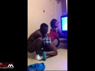 sexy schwarzen Mädchen twerks vor vollständig nackt Kerl