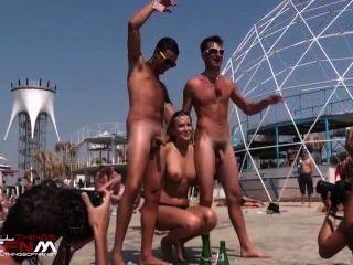 vollbusige Blondine tanzt nackt mit zwei nackte Jungs