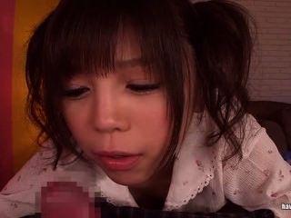 asiatischen Cutie in Zöpfen gibt ein Handjob