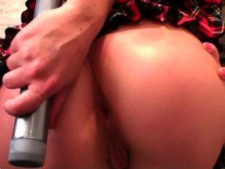 blonde Schülerin legt einen Dildo in ihrem Arsch