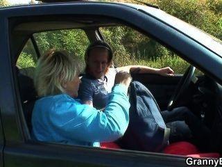 er nimmt Oldie von der Straße und fickt im Auto