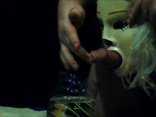 Slave durch eine Maske pissing